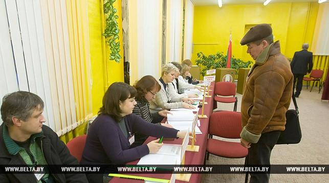 На избирательном участке. Фото из архива