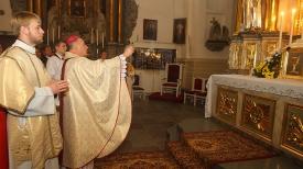 Еепископ Гродненской католической епархии Александр Кашкевич освящает алтарь