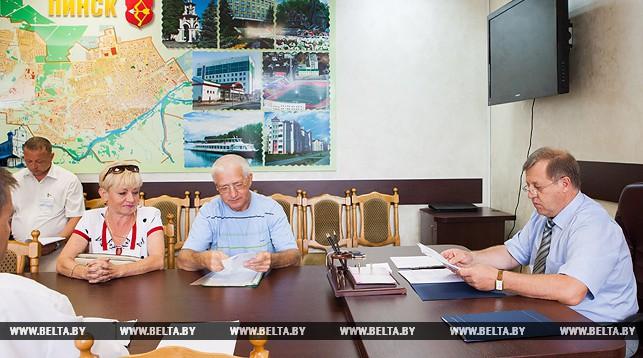Анатолий Лис во время приема граждан
