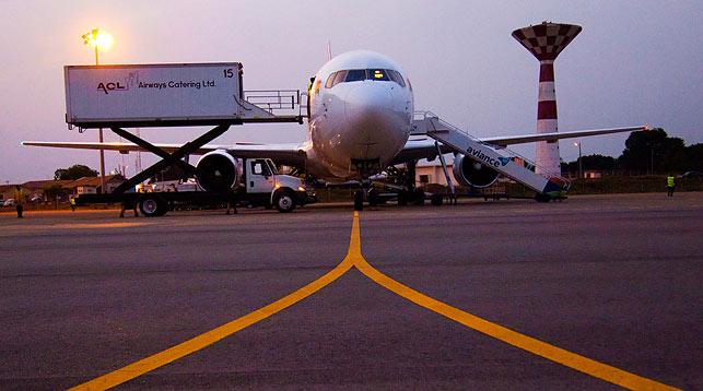 Самолет готовят к полету
