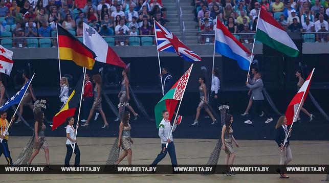 Флаг Беларуси несет серебряный призер Европейских игр по плаванию Никита Цмыг