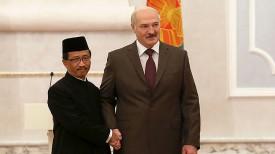 Чрезвычайный и Полномочный Посол Индонезии в Беларуси Мохамад Вахид Суприядии и Президент Беларуси Александр Лукашенко