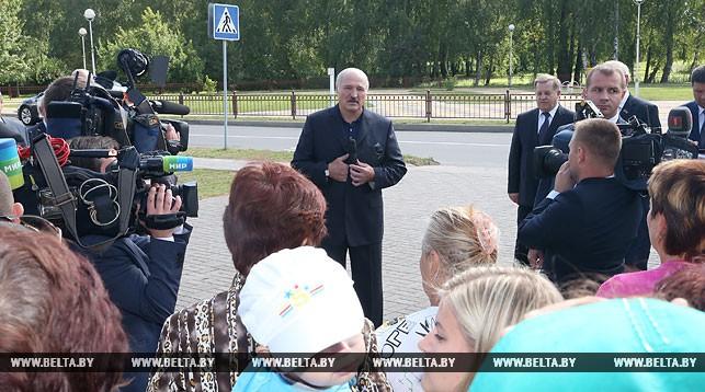 Александр Лукашенко во время общения с жителями Малориты