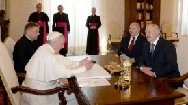 Папа Римский Франциск и Александр Лукашенко в ходе встречи в Ватикане