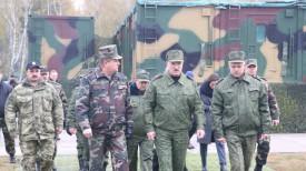 Александр Лукашенко во время посещения Обуз-Лесновского полигона