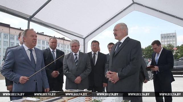 Александр Лукашенко знакомится с проектом детской больницы