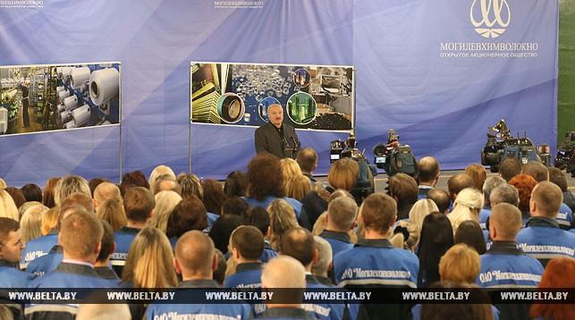 Александр Лукашенко во время встречи с трудовым коллективом