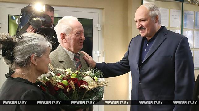 Александр Лукашенко во время посещения дома-интерната