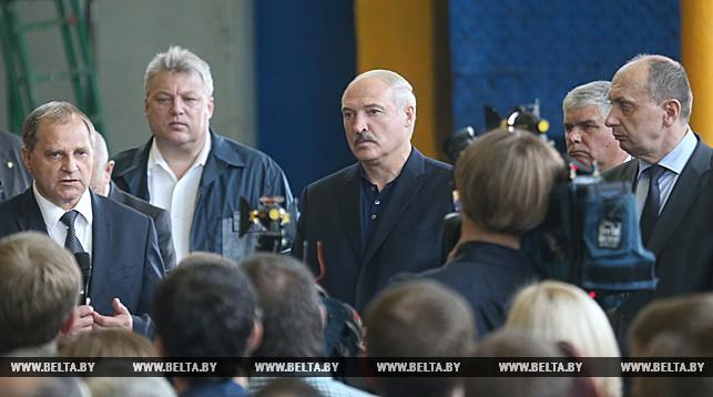 Александр Лукашенко во время встречи с коллективом предприятия