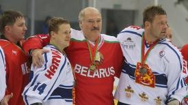 Александр Лукашенко с участниками финального матча