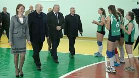 Александр Лукашенко во время посещения культурно-спортивного центра агрогородка Добрынь Ельского района