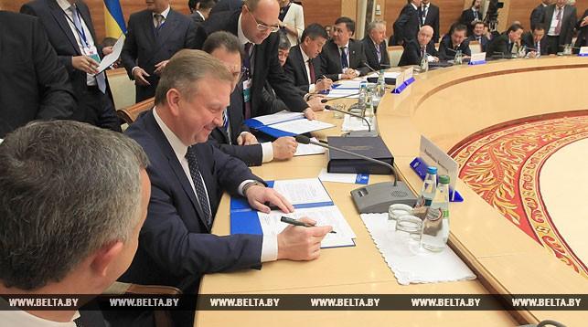 Премьер-министр Беларуси Андрей Кобяков во время подписания документов по итогам встречи