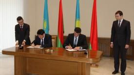 Ергали Булегенов и Сергей Наливайко во время подписания протокола