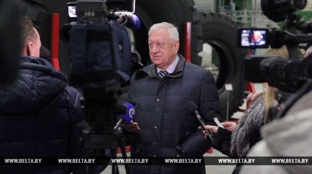 Михаил Мясникович во время посещения предприятия