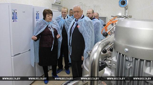 Михаил Мясникович во время посещения Института микробиологии НАН Беларуси