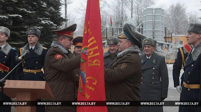 Андрей Равков вручает Олегу Двигалеву боевое знамя