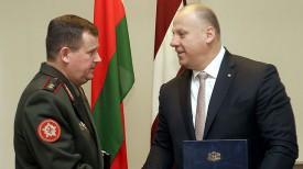 Андрей Равков и Раймондс Бергманис. Фото Минобороны Беларуси