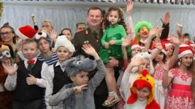 Андрей Равков с воспитанниками Андреевского детского дома