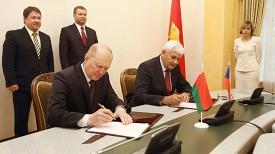 Владимир Кравцов и Милан Немец во время подписания меморандума