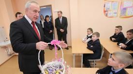 Николай Шерстнев вручает новогодний подарок ребятам