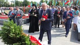 Цветы возлагает председатель Гомельского облисполкома Владимир Дворник