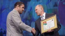 Владимир Кравцов вручает почетную грамоту бронзовому призеру Олимпийских игр в Рио Ибрагиму Саидову