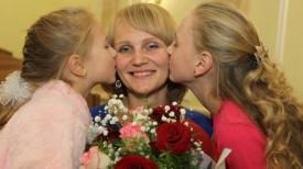 лауреат премии им. Туснолобовой-Марченко Ольга Черновская с детьми Викторией и Алиной