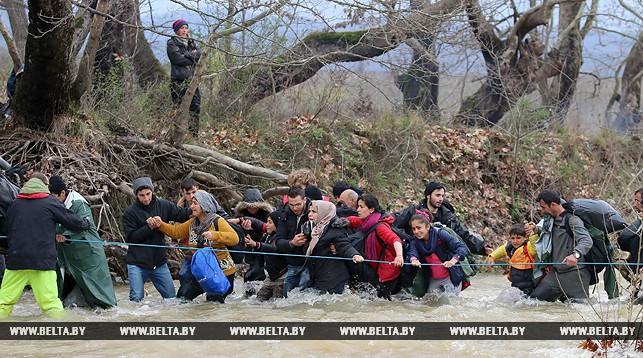 Беженцы пытаются пересечь границу. Фото Синьхуа - БелТА