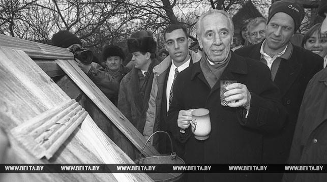 Шимон Перес в деревне Вишнево у колодца, который стоит на месте, где был когда-то дом его семьи. 1998 год