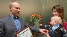 Жена с сыном поздравляют Илью Чергейко (пулевая стрельба)