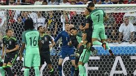 Криштиану Роналду забивает первый мяч в ворота валлийцев. Фото УЕФА