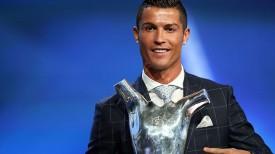Криштиану Роналду с призом лучшему футболисту Европы. Фото УЕФА