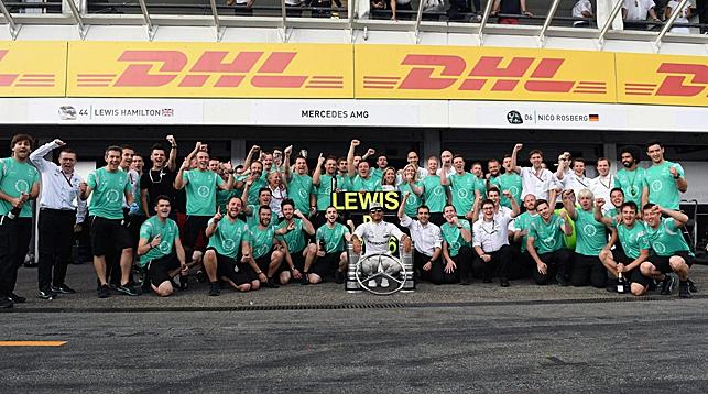 """Льюис Хэмилтон после гонки. Фото официального сайта """"Формулы-1"""""""