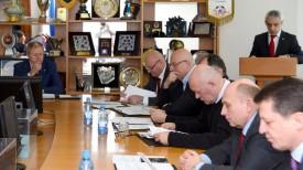 Сергей Румас (слева) во время отчетной конференции. Фото АБФФ