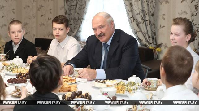 Александр Лукашенко во время посещения семьи Новиковых