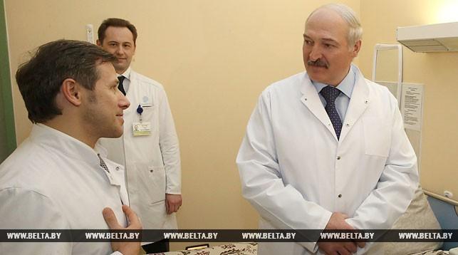 Александр Лукашенко во время посещения РНПЦ трансплантологии