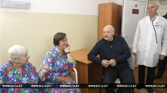 Александр Лукашенко во время посещения Копысской участковой больницы