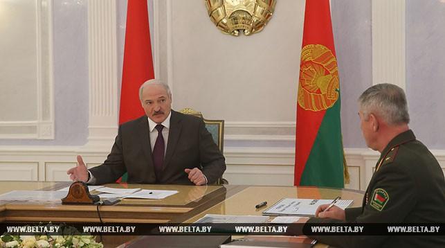 Александр Лукашенко и председатель Госпогранкомитета Анатолий Лаппо