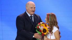 Александр Лукашенко вручил награду Марии Магильной