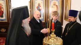 Александр Лукашенко зажигает свечу