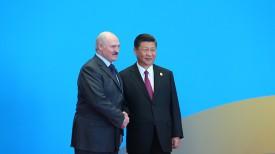 Александр Лукашенко и Си Цзиньпин перед началом сессии круглого стола