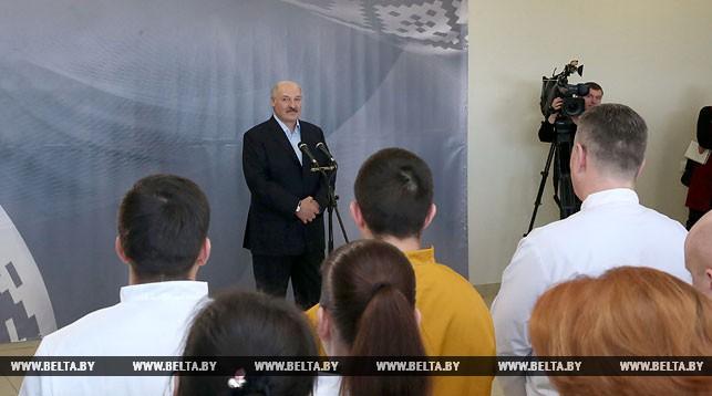 Александр Лукашенко во время общения с коллективом предприятия