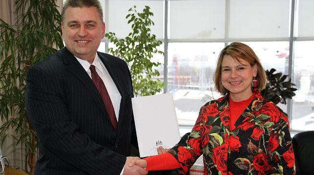 Олег Кравченко и Фионна Гибб. Фото МИД Беларуси