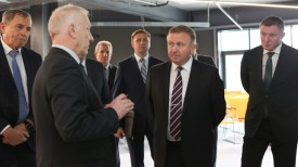 Андрей Кобяков во время посещения предприятия