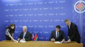 Алан Дункан и Сергей Наливайко во время подписания