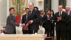 Министр торговли и промышленности Вьетнама Чан Туань Ань и министр промышленности Беларуси Виталий Вовк
