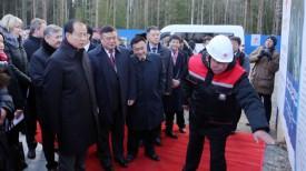 Заместитель министра коммерции КНР Фу Цзыин рассматривает презентацию проекта реконструкции русла реки Уша