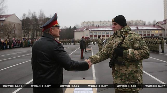 Игорь Шуневич принимает присягу у новобранца