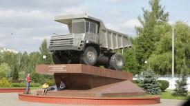 Самосвал БелАЗ на постаменте. Фото из архива
