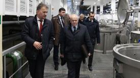 Леонид Анфимов во время посещения Оршанского льнокомбината